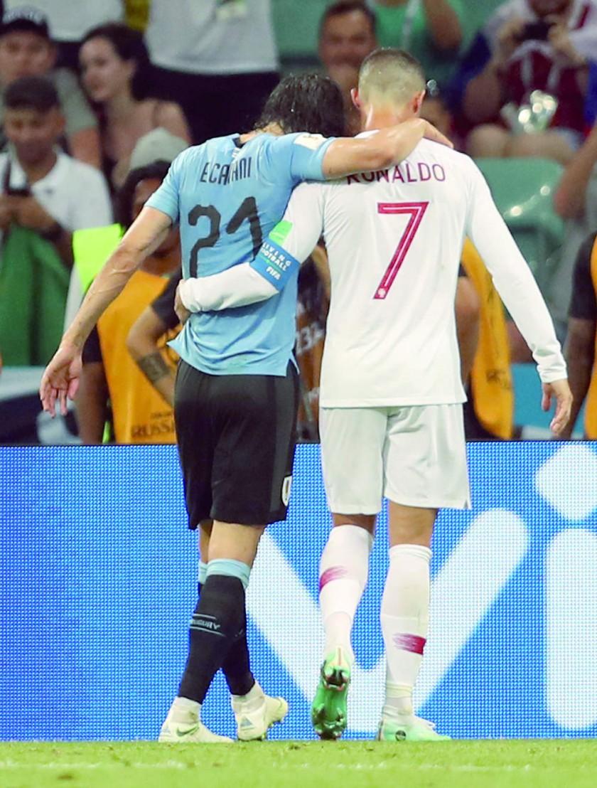 Edinson Cavani (i) marcó los goles del triunfo de su selección y luego abandonó la cancha con ayuda del portugués...