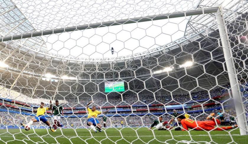 El delantero brasileño (i) se estira para alcanzar y empujar el balón al fondo de las redes para el primer tanto de...