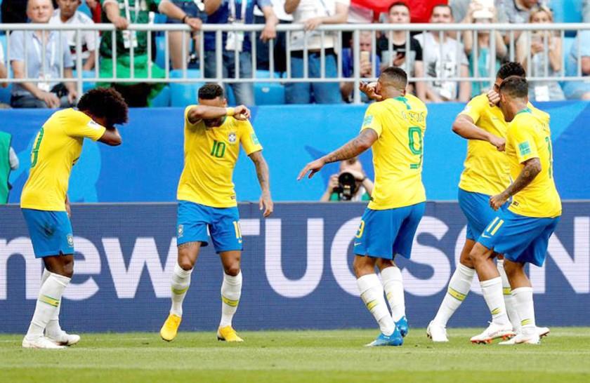 Los jugadores brasileños celebran el primer gol convertido por Neymar.