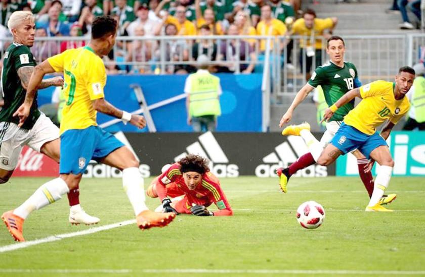 Neymar (d) asiste a Firmino para el segundo tanto de la Canarinha.