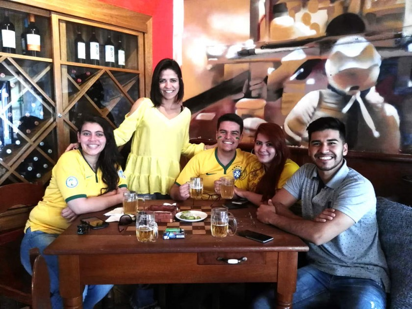 Un grupo de jóvenes festejando la victoria de Brasil frente a México en el Café Restaurante Florín. capitales