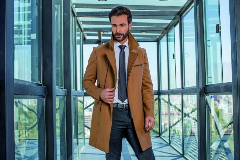 ABRIGO JACK: Abrigo de solapa clásica con cierre en delantera, bolsillos, cartera y mangas. Vista posterior con dos...