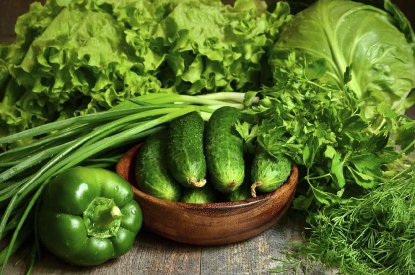 Algunos estudios indican que el consumo de alimentos verdes ayuda a que la piel sea más elástica.