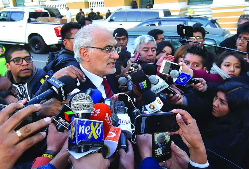 SUCRE Y LA PAZ. Guerrero anuncia la acusación en conferencia de prensa; al lado, Mesa reacciona desde la Plaza Murillo.