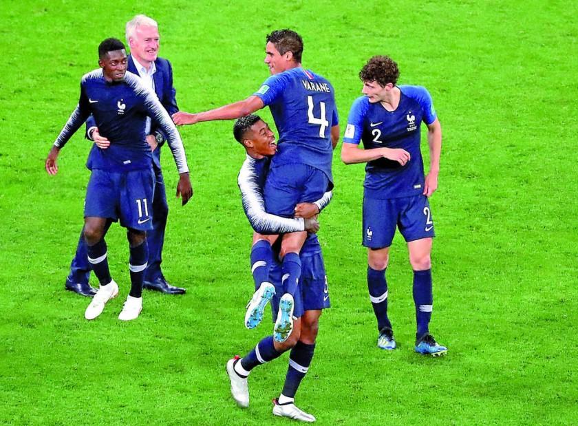 La celebración de los jugadores franceses y de su técnico al final del partido que la selección gala venció a Bélgica.