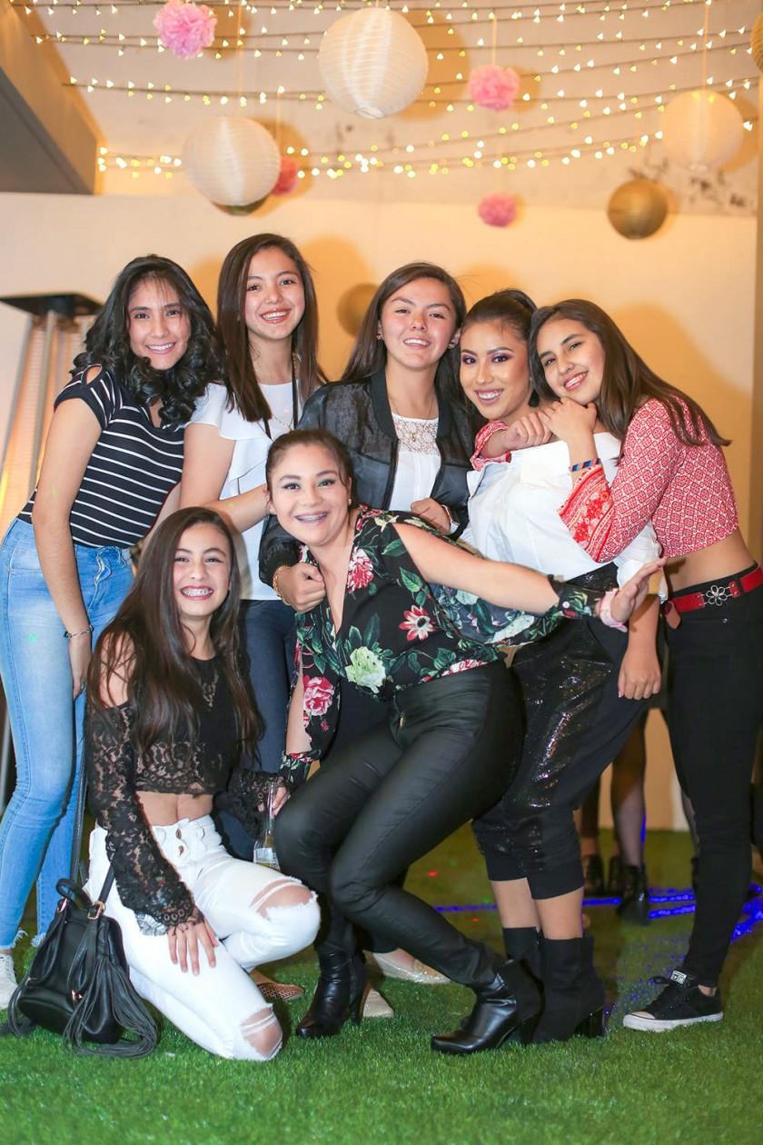 Paradas: Beatriz Barrero, Yolanda Jadue, Guadalupe Jadue, Fernanda Heredia y Ariane Melgarejo. Sentadas: Mariana Urquidi