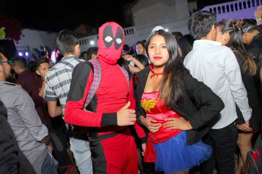 Un Deadpool y Wonder Woman.