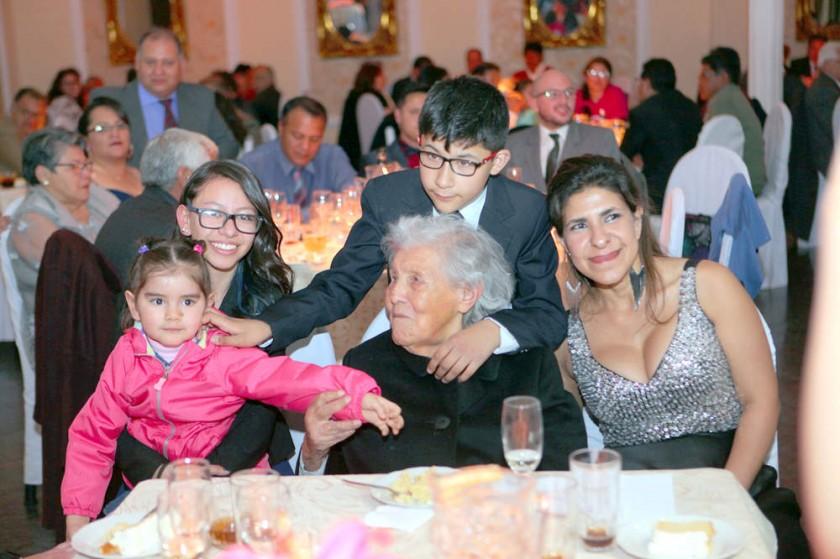 Hortencia Balanza y sus nietos, Ignacio Durán, Inés Poppe y Emma Araya.