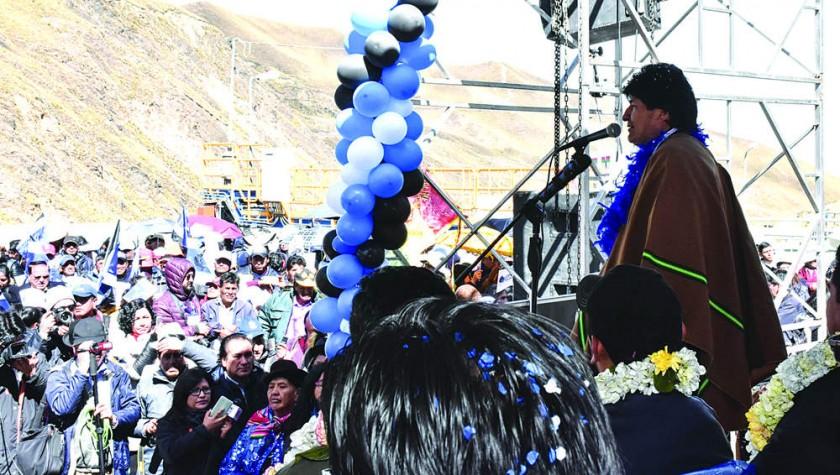 ENTREGA. El Presidente rodeado de sus adeptos en una entrega de obras.