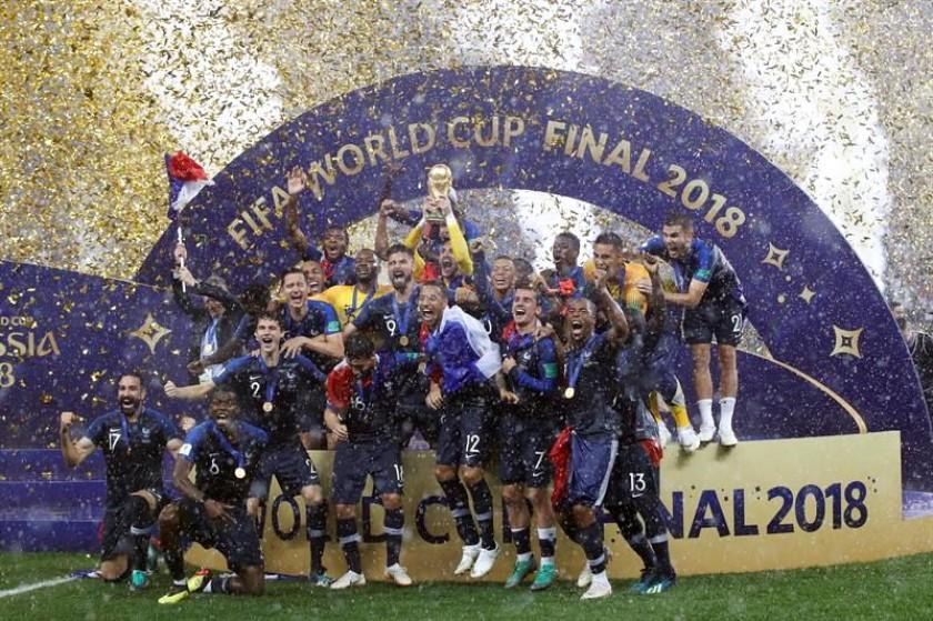 La celebración de los jugadores franceses con la copa. EFE