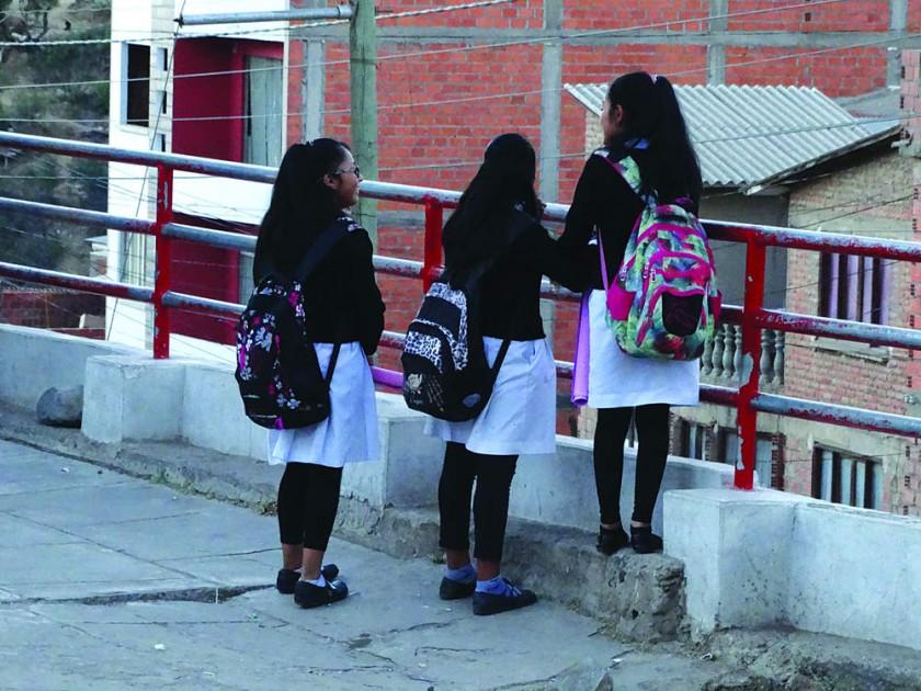 Estudiantes retoman las labores escolares con horario ampliado