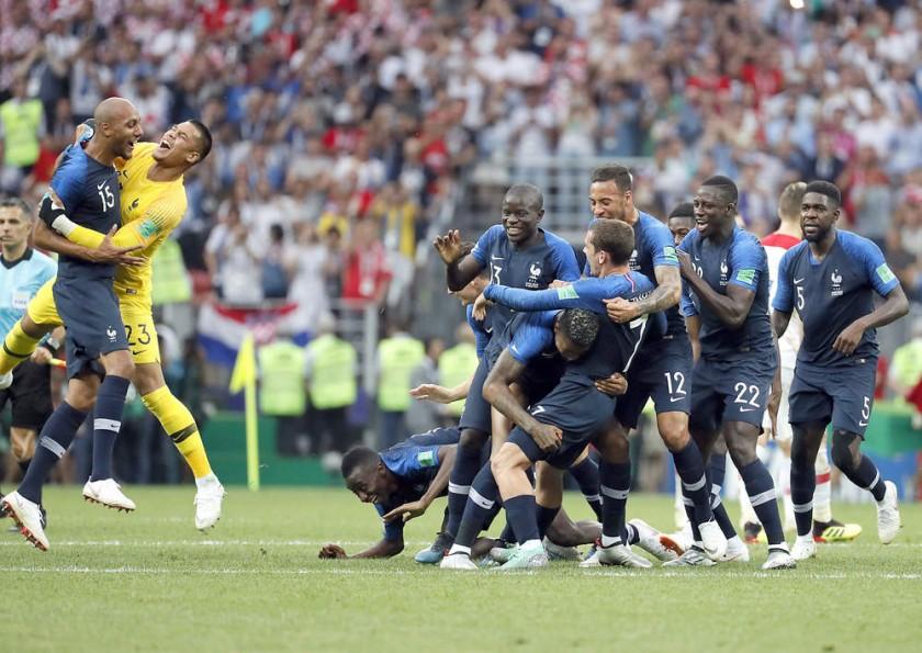 Los jugadores galos celebran al final del partido.