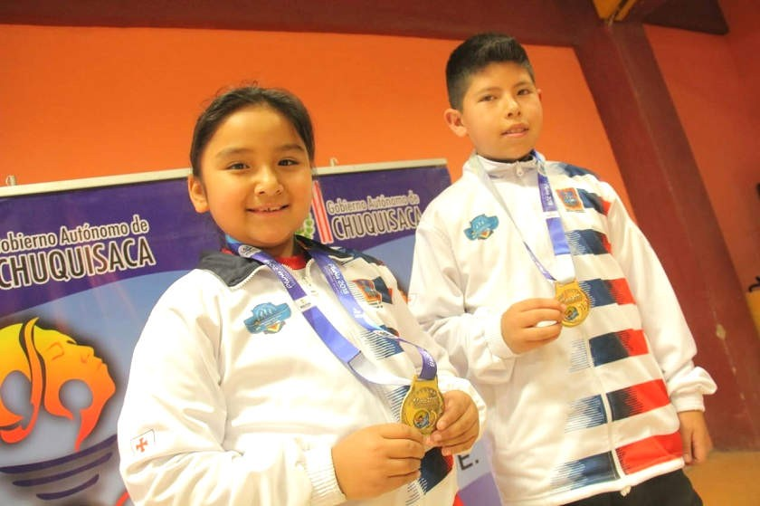 Galean (i) y Tapia celebran con sus medallas de oro. CORREO DEL SUR