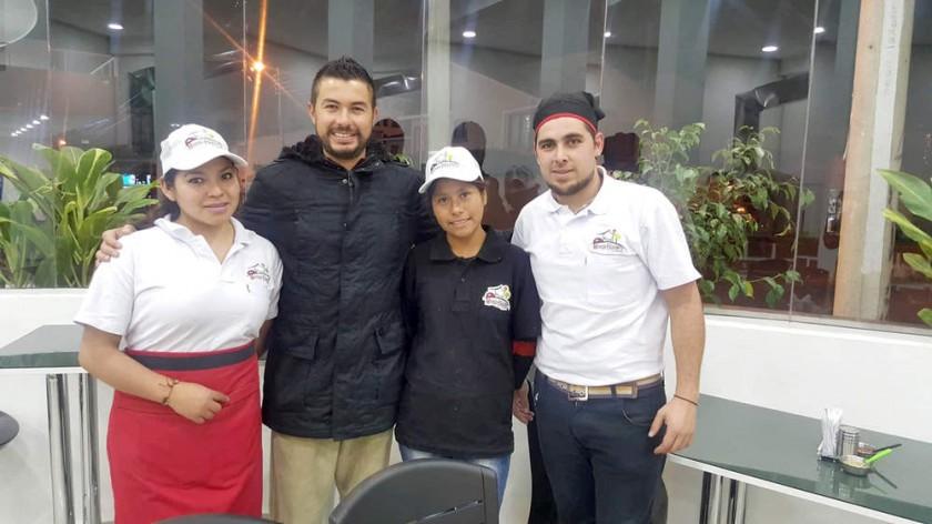 Personal junto al propietario, Eduardo Rivera, (segundo izquierda) y el chef, Javier Meynet.