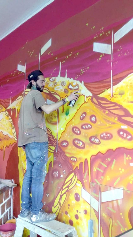 Gabriel Tumsich  creando el mural.