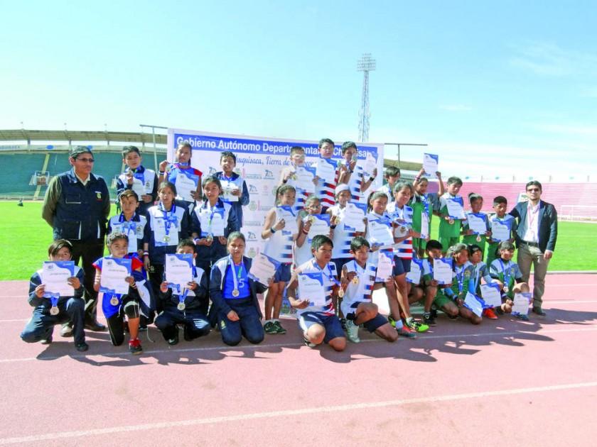 Los estudiantes del colegio Daniel Calvo de Sucre, de Fray Marcos de Huacaya y de Eduardo Avaroa de San Lucas posan...