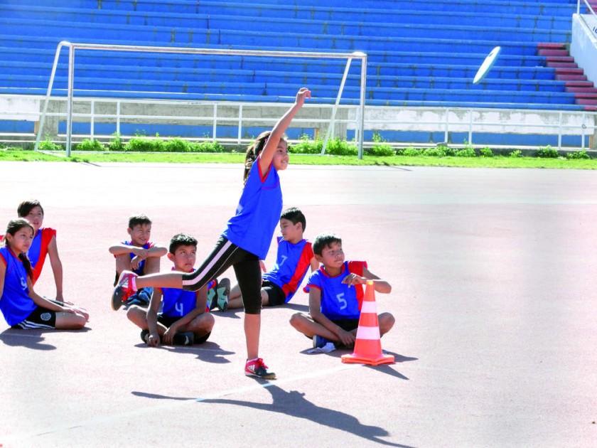 Los estudiantes del colegio Daniel Calvo de Sucre, de Fray Marcos de Huacaya y de Eduardo Avaroa de San Lucas posan en e