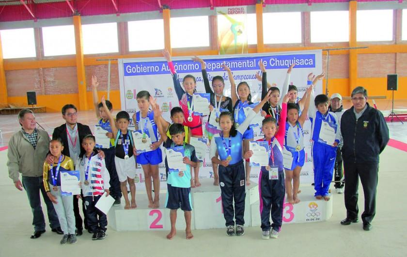 Todos los participantes de la disciplina de gimnasia al final de la competencia desarrollada ayer, en el Poligimnasio...
