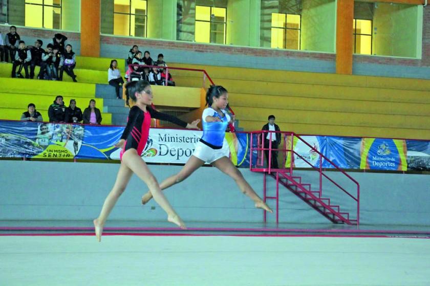 Los niños y niñas deleitaron con sus habilidades en el deporte reina.