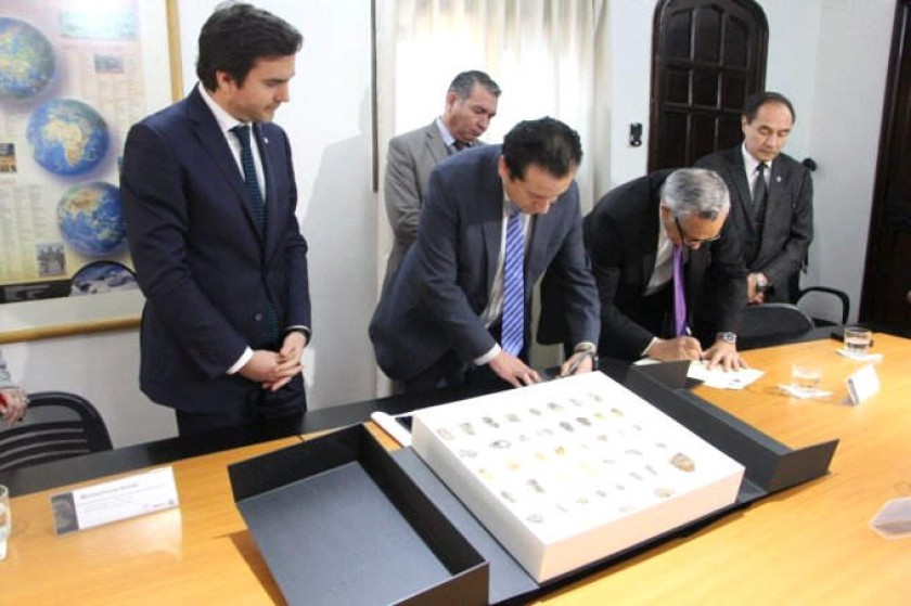 Las autoridades chilenas entregan las piezas peleontológicas. Fotos: Aduana Chile