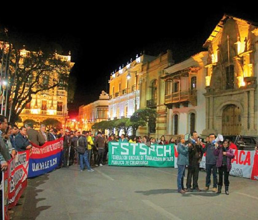 PROTESTA. Trabajadores y cívicos denunciaron una nueva burla del Gobierno con el traslado de la gerencia que juzgan...
