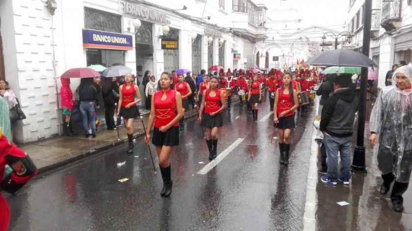LLUVIA. Pese al temporal, los estudiantes del colegio Cardenal Maurer desfilaron ayer.