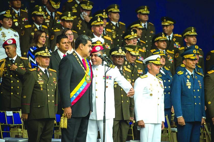 EXPLOSIONES. Un militar habla con Nicolás Maduro luego de la primera detonación.