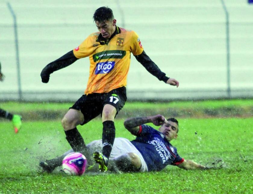 El partido entre Destroyers y Wilstermann se jugó bajo la lluvia en el estadio Samuel Vaca de Warnes.