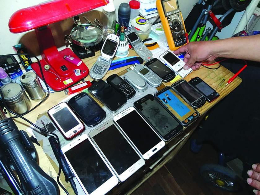 SERVICIO TÉCNICO. El personal a diario realiza el mantenimiento de los teléfonos celulares, cambio de pantallas y touch