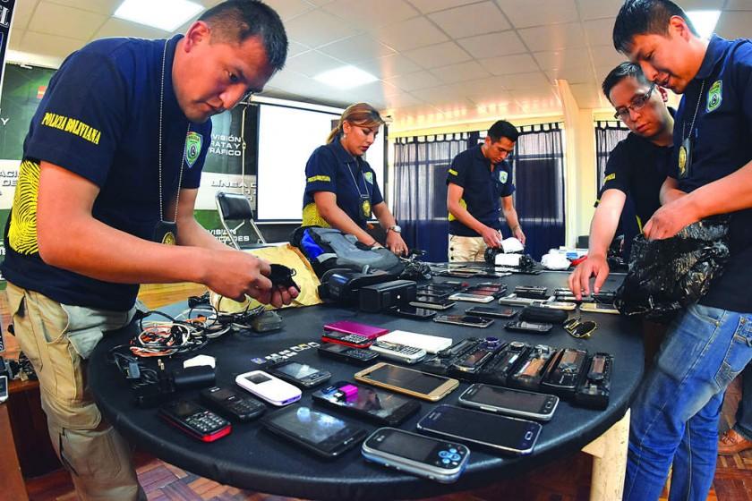 POLICÍA. Los efectivos policiales realizan un inventario de los teléfonos celulares secuestrados en un operativo.