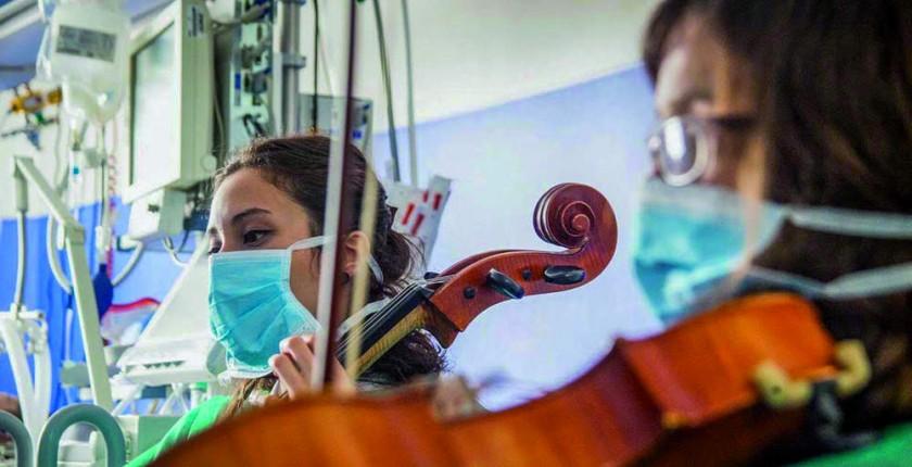 Músicos de la organización de Música en Vena tocando en una intervención terapéutica para pacientes de un hospital en...