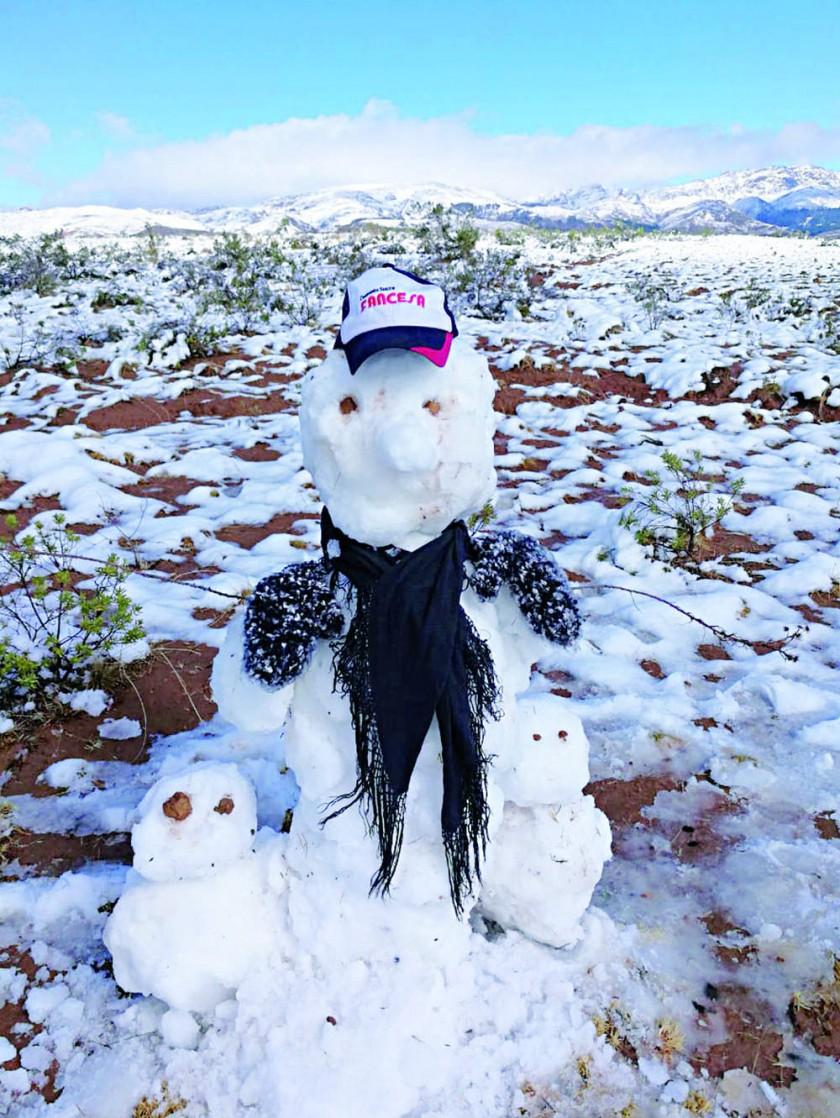 CREATIVIDAD. Varias personas salieron de Sucre para jugar con nieve.