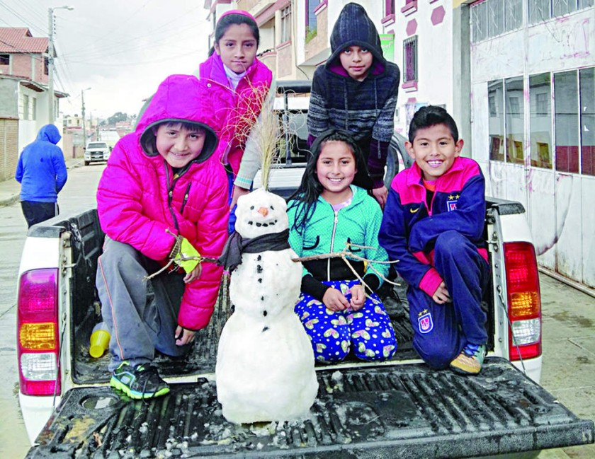 INGENIO. La nieve llegó a la ciudad y los padres armaron muñecos para alegrar a los niños.