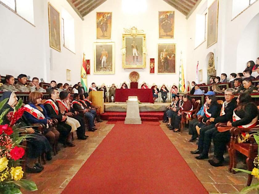 SESIÓN. Los asambleístas departamentales y el Gobernador en el acto previo al 6 de Agosto.