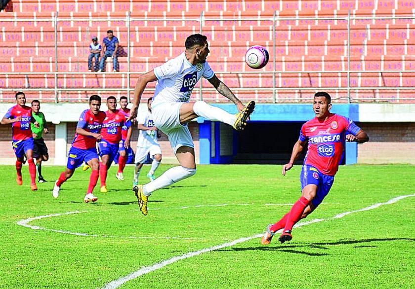 Andrés Jiménez (d) mira atento al jugador celeste.