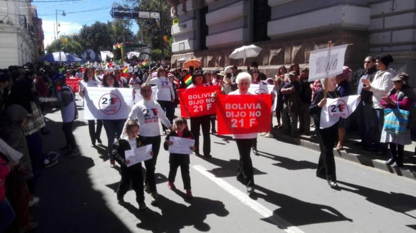 Niños y mujeres llevaron carteles en los que se leía