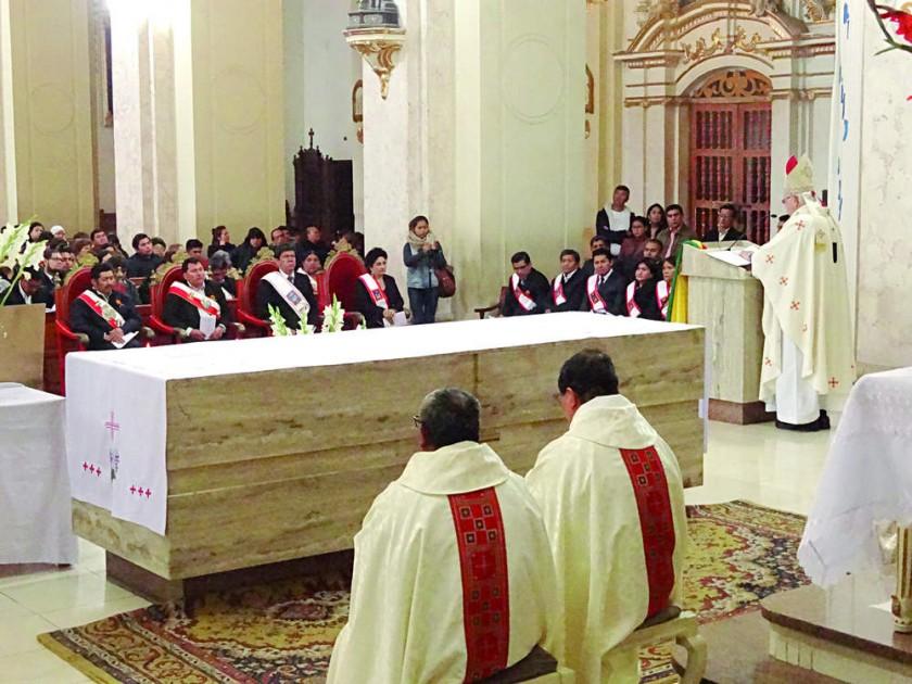 HOMILÍA. El arzobispo de Sucre, monseñor Jesús Juárez, celebra junto con autoridades y público en general la misa...