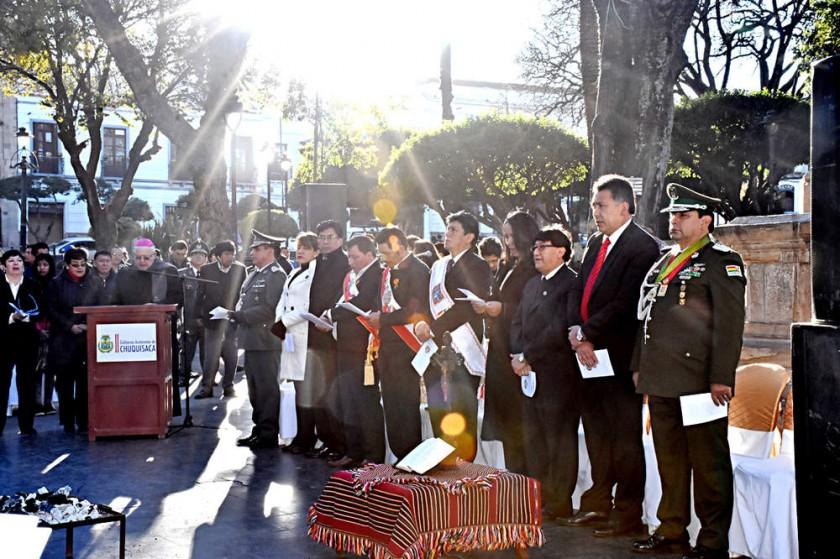 CELEBRACIÓN. La ceremonia interreligiosa en la plaza 25 de Mayo a los pies del libertador Antonio José de Sucre.