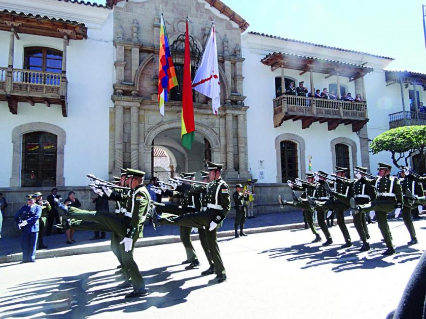 POLICÍA. Los efectivos de la institución del orden en pleno homenaje a la Patria.