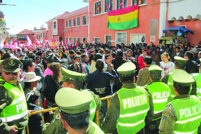 TENSIÓN. Activistas contra la reelección presidencial criticaron el férreo control policial alrededor de la plaza potosi