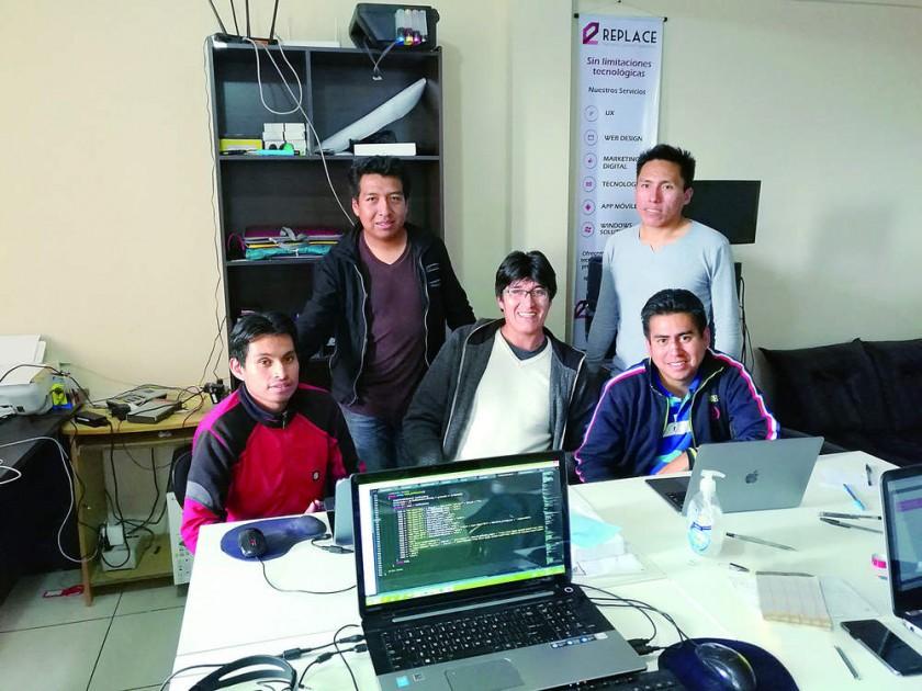 Los ingenieros Luis Ferreira, Richard Cuizara, Lizandro Pereira, Paul Caihuara y Eduardo Fernández, en las oficinas...