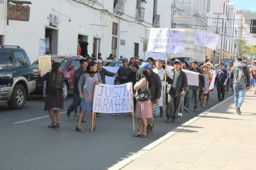 PROTESTA. Familiares y amistades de la víctima se movilizaron por el centro de Sucre.