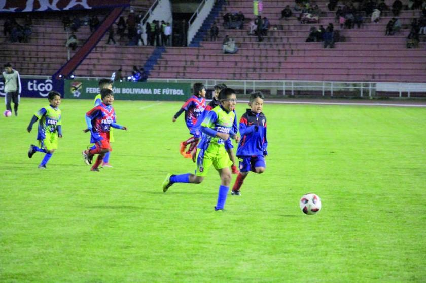 Las divisiones inferiores de Universitario animaron la previa del partido.