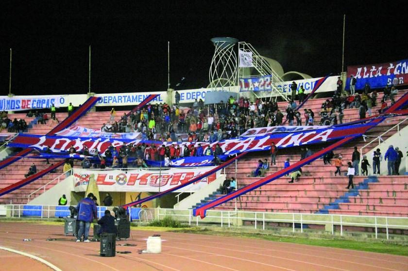 """La hinchada de la """"U"""" volvió a las tribunas del estadio Patria."""