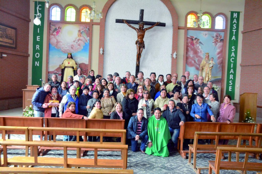 Misa celebrada en la Iglesia de Cristo Rey, oficiada por el Párroco y cantada por Hugo Laguna.