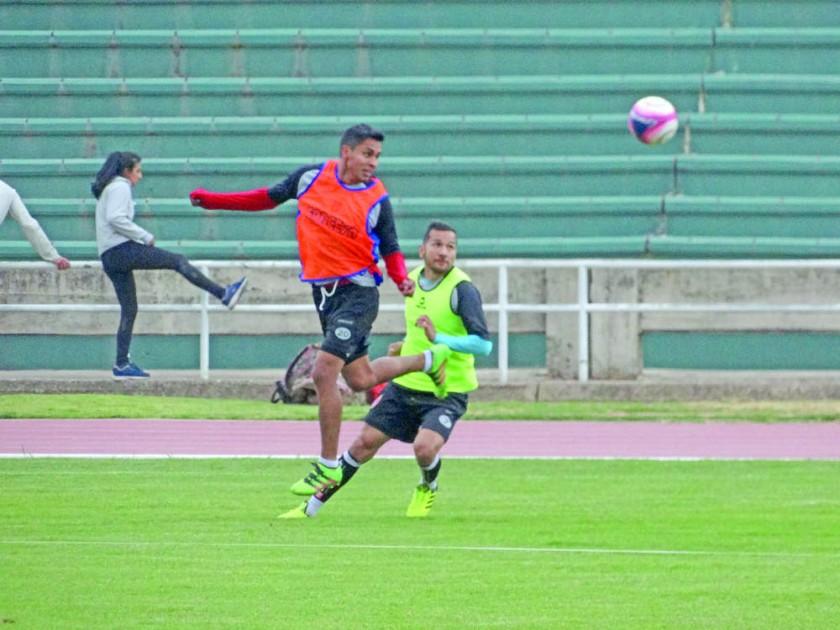 Jorge Ayala y Oscar Baldomar trabajaron ayer en el equipo titular de Universitario.
