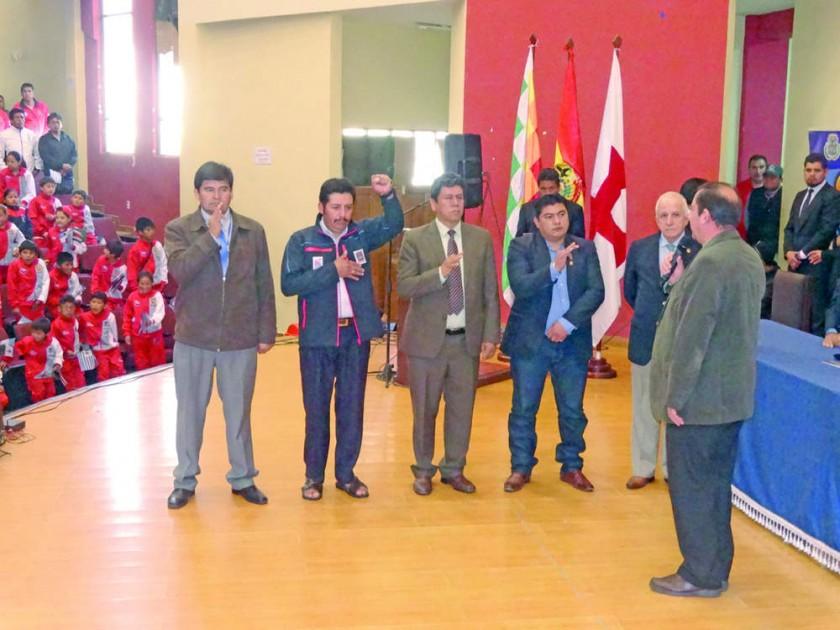 El juramento de los miembros del Comité Organizador.