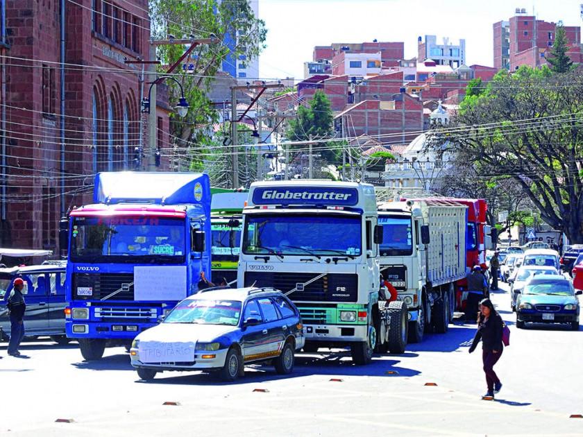 PROTESTA. La marcha de los transportistas contra el Código Tributario y la Ley de Aduanas.