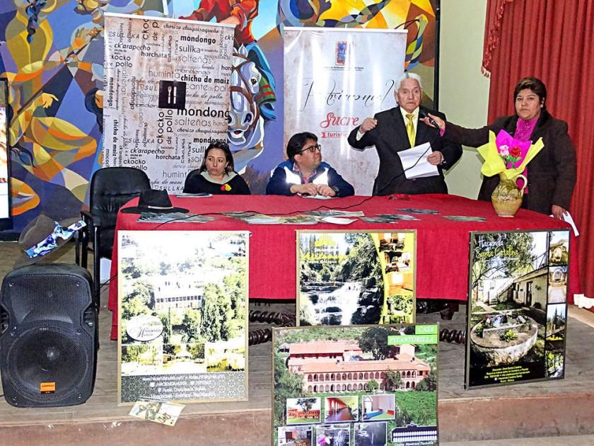LANZAMIENTO. Promotores del proyecto y el Director de Turismo de Sucre (c).