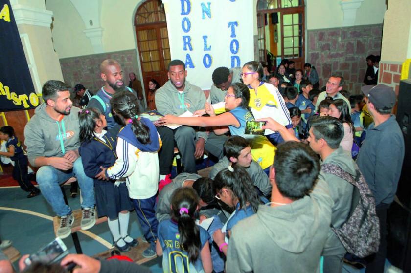El Club Amistad firmó autógrafos a su fanaticada.